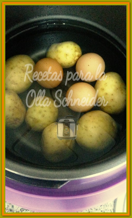 Patatas lavadas y enteras, huevos